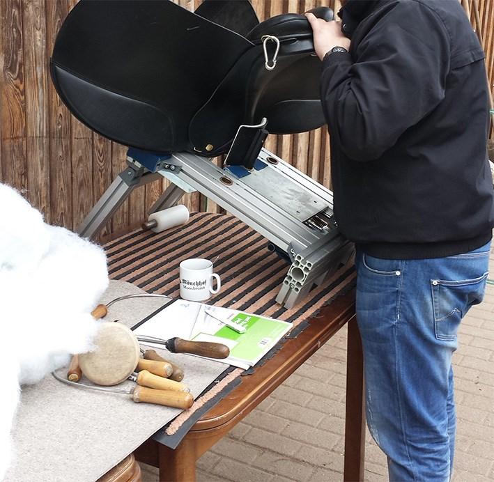 Ein Sattel wird fachgerecht gepolstert.