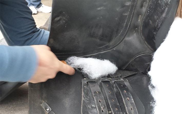 Ein Sattel wird fachgerecht repariert.